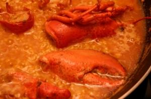 Excelente menú: Arroz con bogavante, langostinos crujientes, croquetas de marisco, filloa rellena, bebida y pan