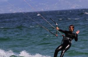 Curso de iniciación de 2 horas al kitesurf ¡Sobrevuela las olas enlas Rías Baixas!