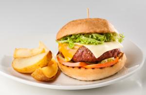 "Menú para 2: Quesadilla o ensalada caprese,hamburguesa ""American Burger"