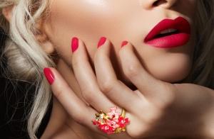 Esmaltado semipermanente con opción a maquillaje de corrección para fiestas